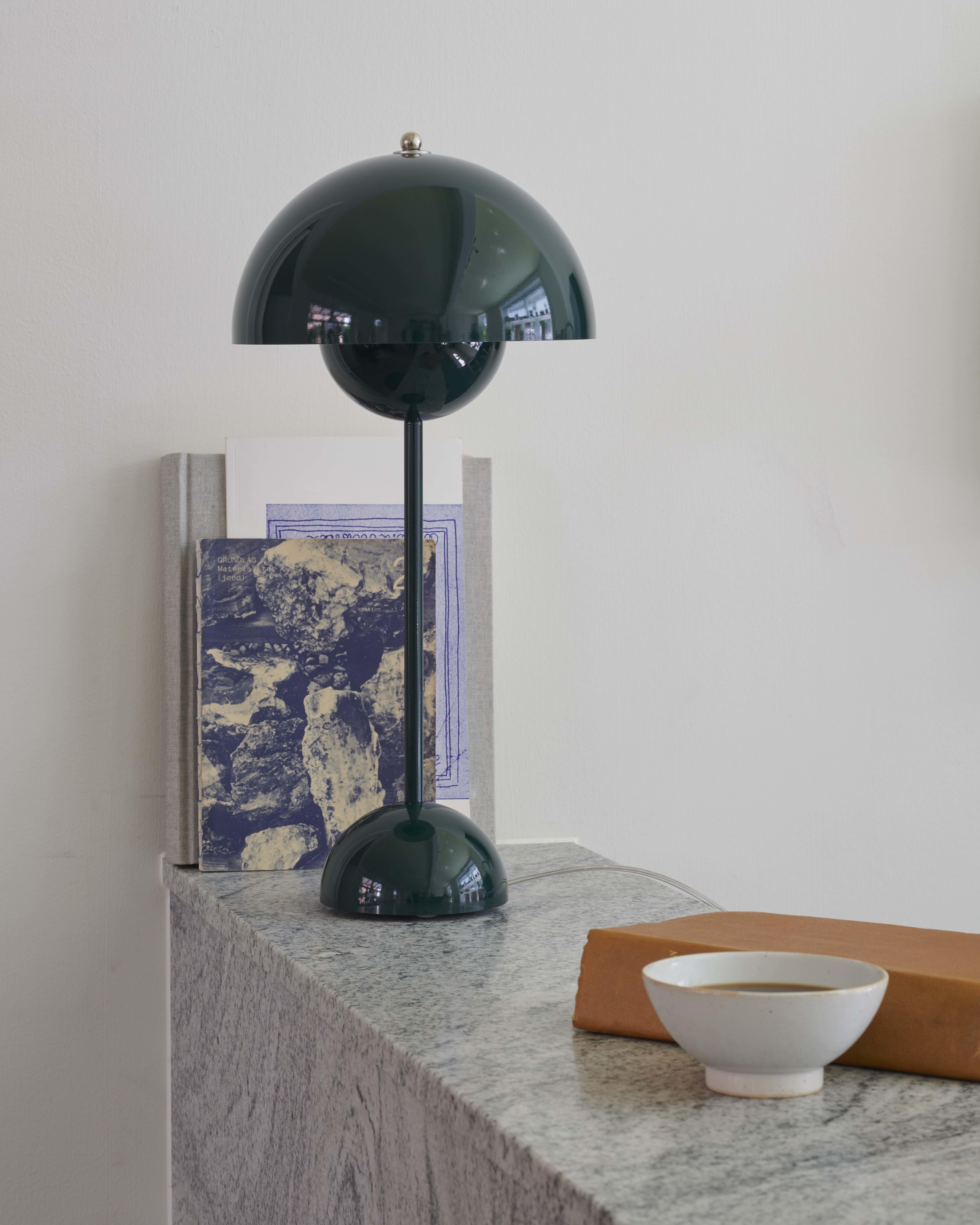 &tradition Flowerpot VP3 bordlampe, Ø23 cm, dark green